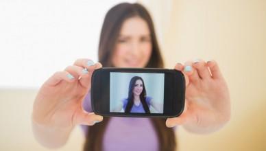 5867-girl-taking-selfie